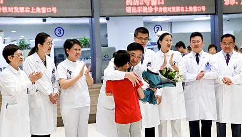"""【人民网】来自""""脑瘫儿""""的快闪 今年的""""中国医师节""""不一般"""