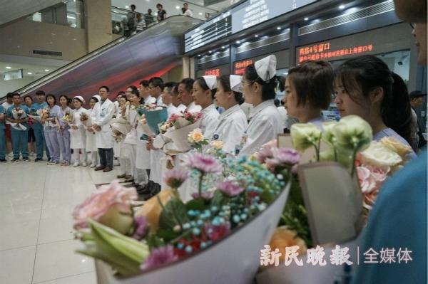 【新民晚报】致敬中国医师   50名脑瘫患儿齐唱歌为医生过节